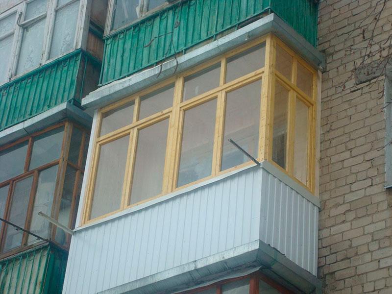 """Остекление балконов и лоджий деревом компания """"окна борна""""."""